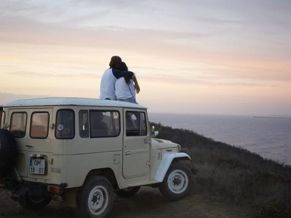 Hipster Lifestyle, der Sonnenuntergang im Jeep und Ihren Werbetextilien